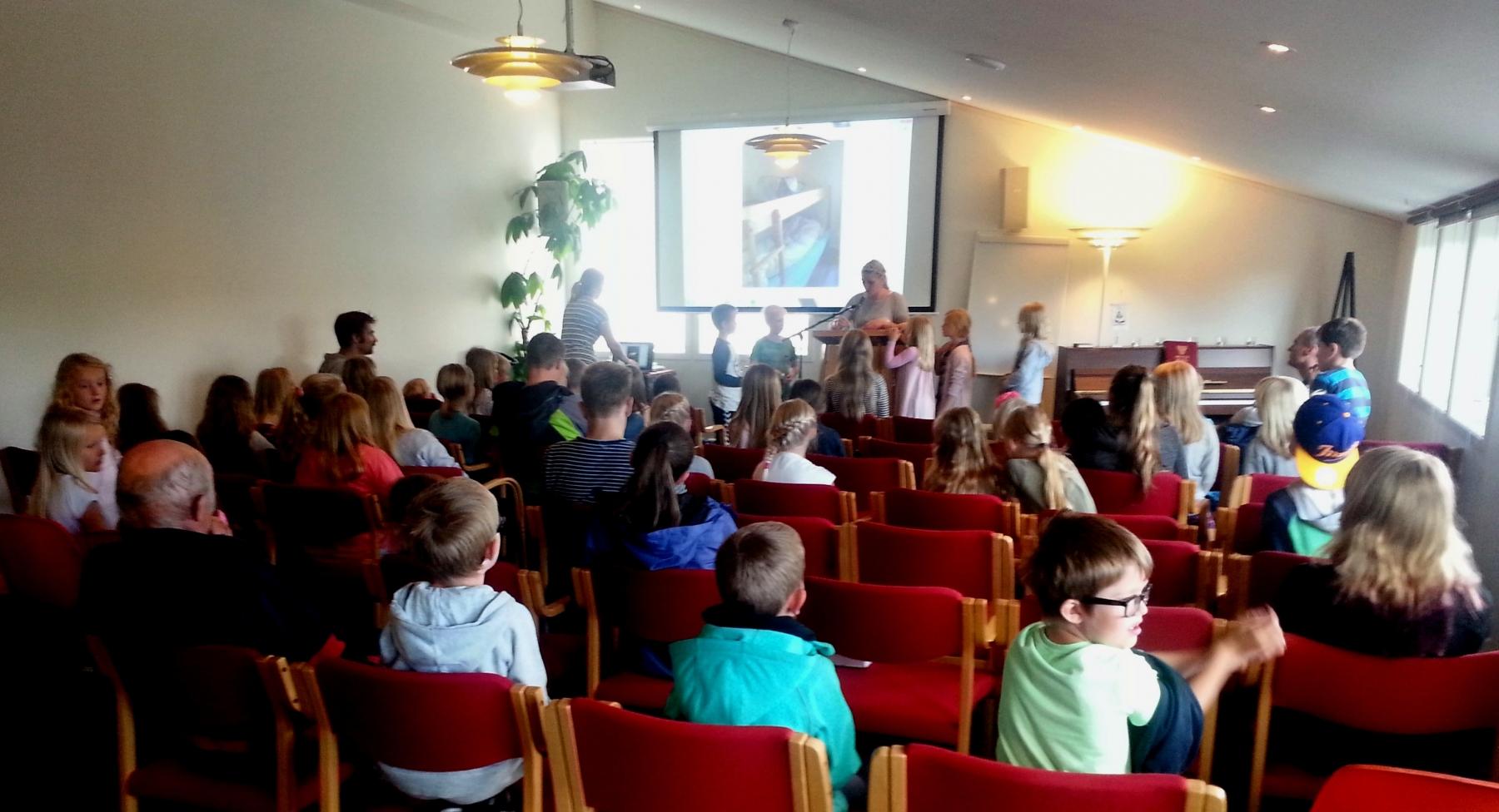 Ivrige barn som følger med når bilder vises. Fra leir på Nordlys høsten 2015.